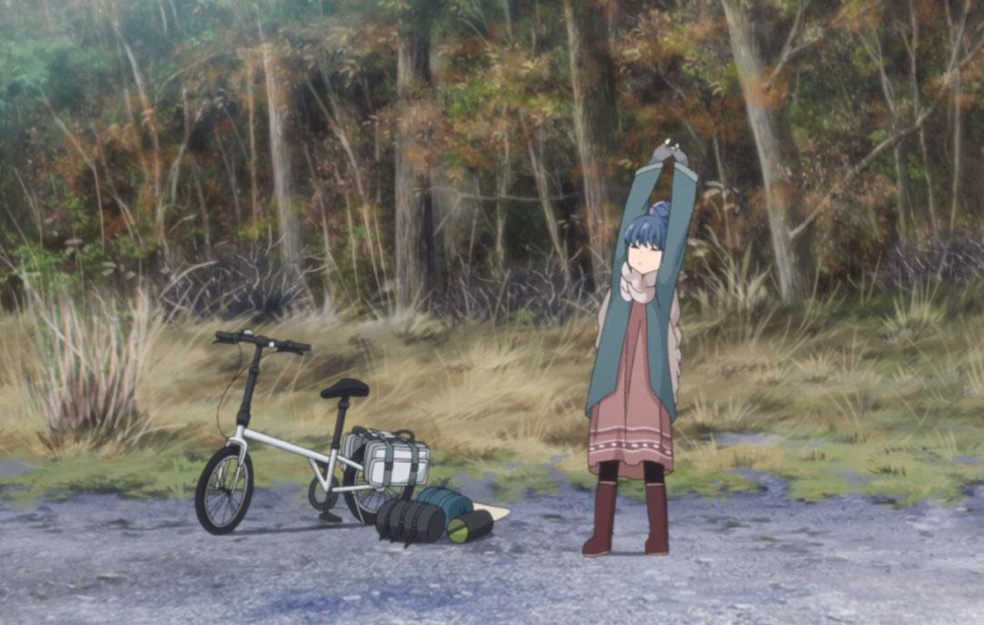 ゆるキャン1話。自転車の横で伸びをするりんちゃん。