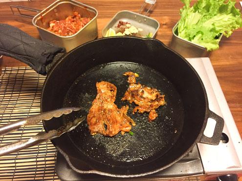 スキレットで焼くおうち焼き肉。