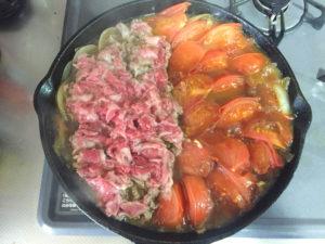 牛肉を入れたトマトすき焼き。