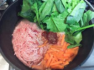 ダッチオーブンにビビンバの全ての材料を入れる。