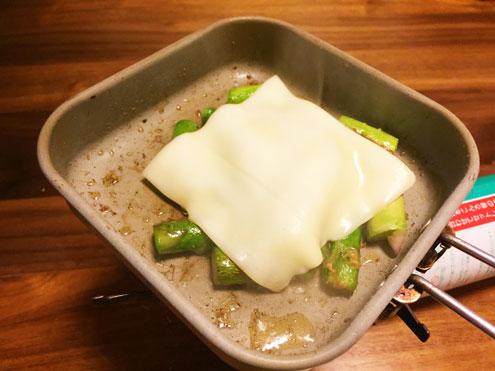 チーズのっけアスパラ炒め。