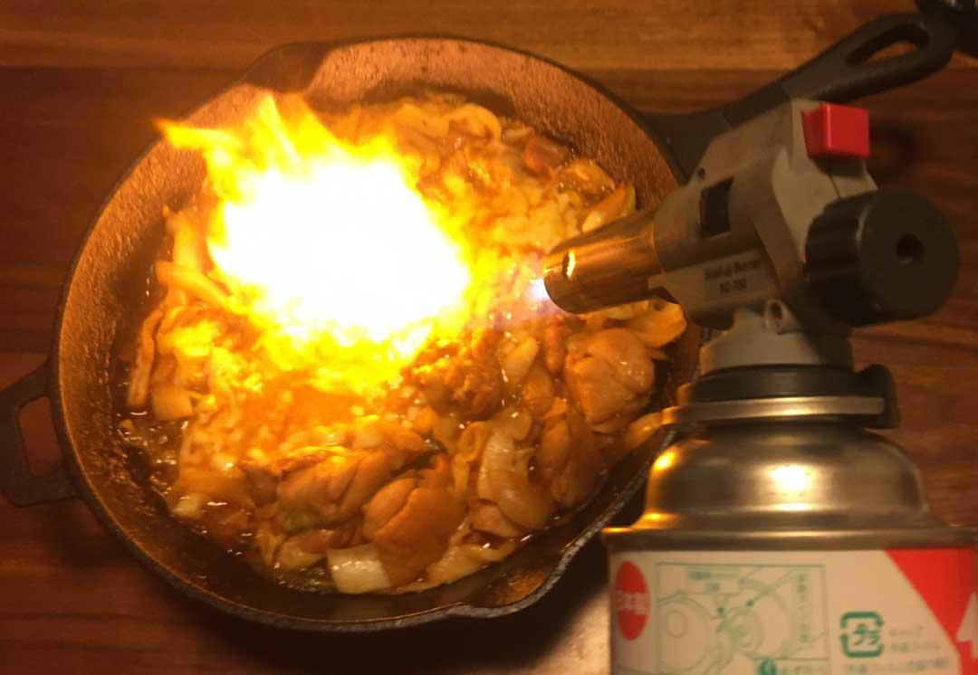 トーチバーナーで炙るダッカルビ