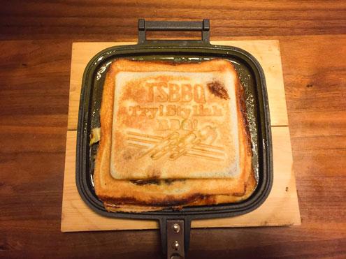 【燕三条製】 TSBBQ ホットサンドメーカーで焼いたホットサンド。