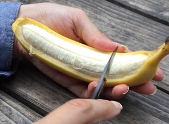 バナナに切り込みを入れる
