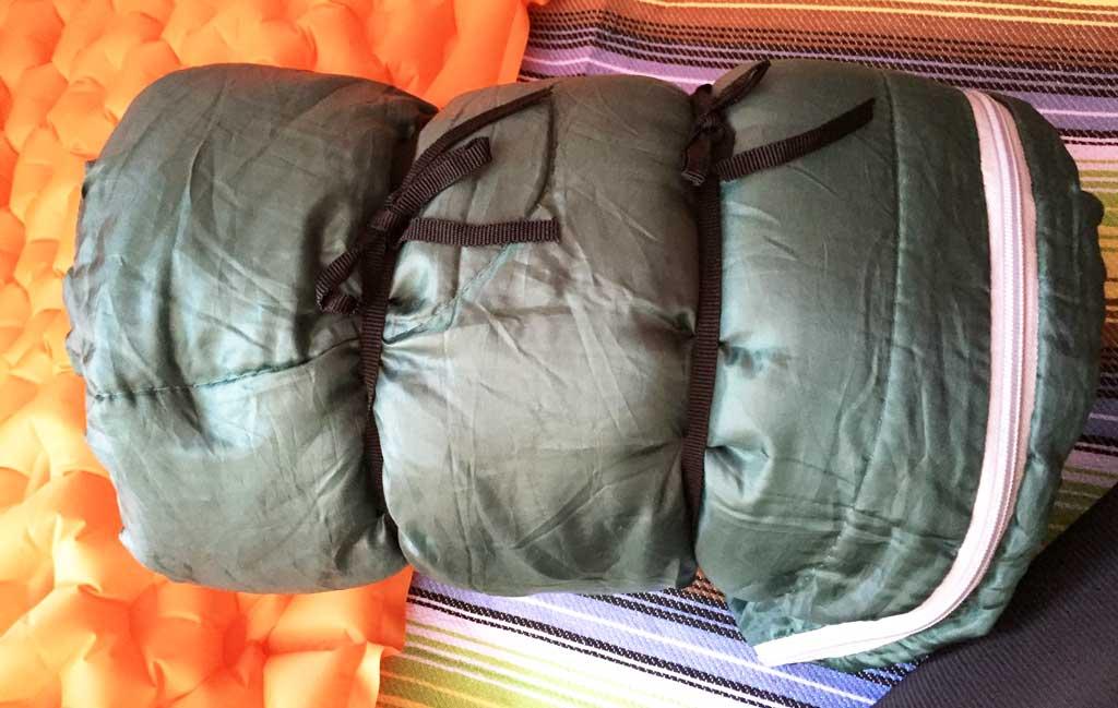 キャプテンスタッグ寝袋を袋から出した時