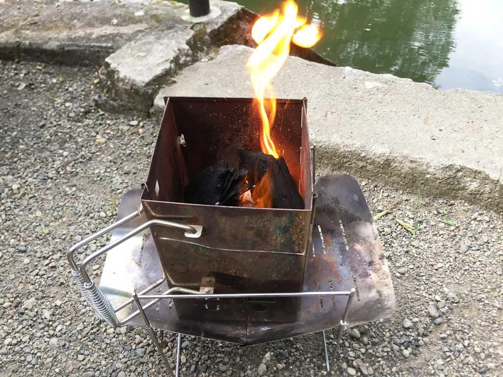 ロゴスの着火剤が燃えているところ