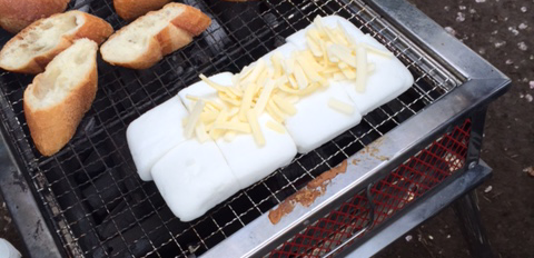 はんぺんの上にチーズをかける