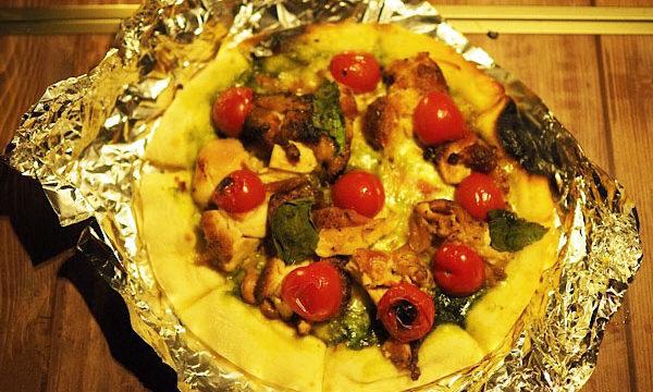 炭火チキンとバジルのピザ