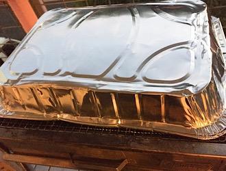 大きいアルミ皿をバーベキューコンロにかぶせる
