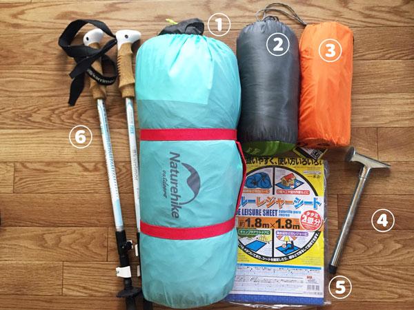 ソロキャンプの道具、テント、寝袋、マット、ハンマーなど