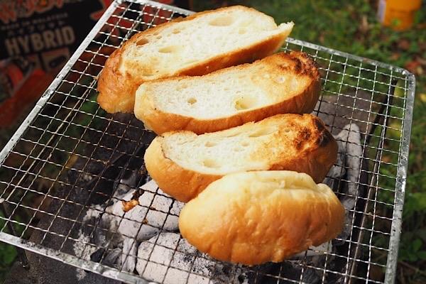 炭火チキンサンドのパンを焼く