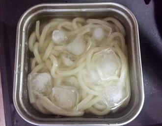 冷凍うどんを氷で冷やす