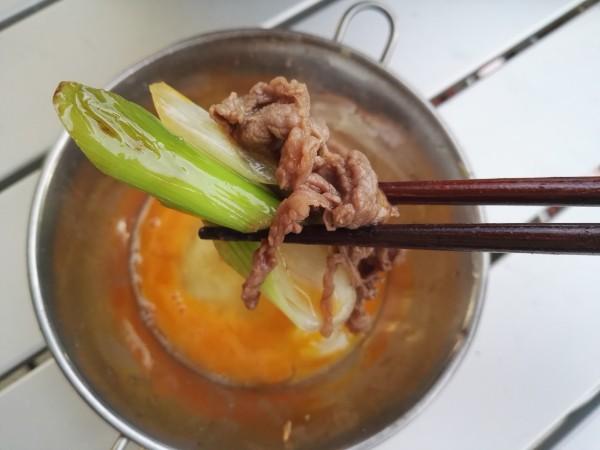 すき焼きをたまごに漬けて食べる