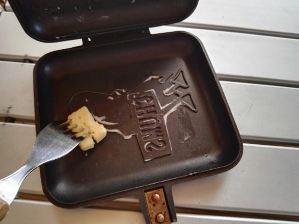 ホットサンドメーカーにバターをぬる