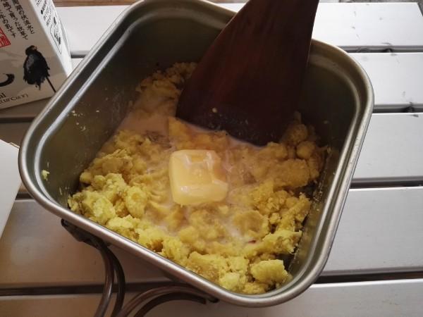 焼き芋にバター、砂糖、牛乳を入れる