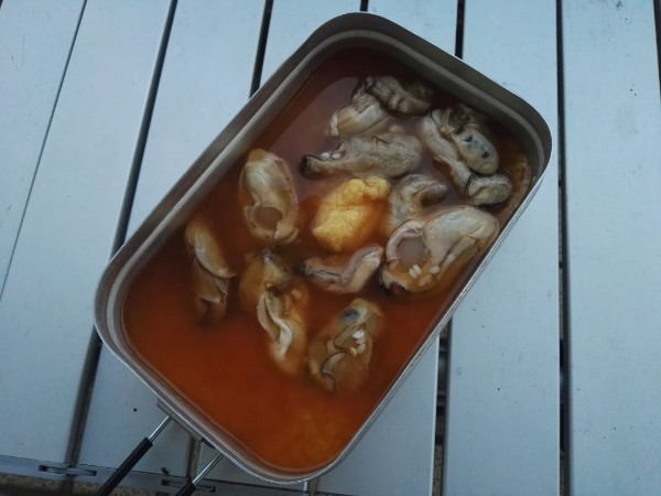 メスティンに牡蠣飯の材料をいれる