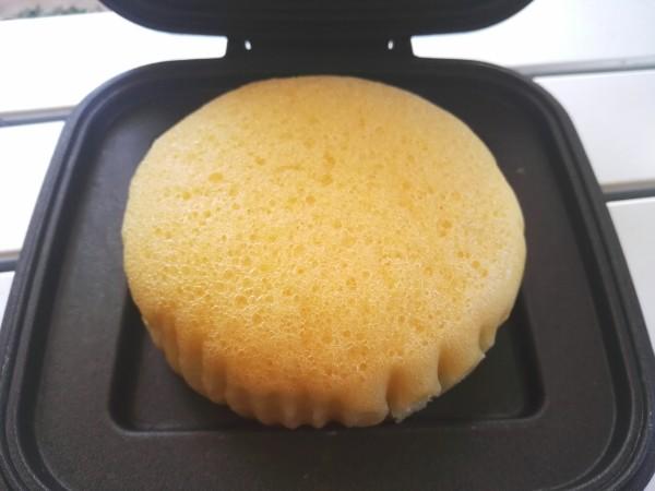 ホットサンドメーカーに蒸しパンをはさむ