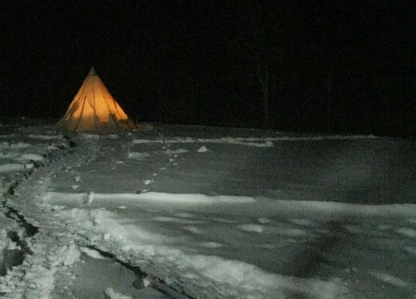 雪の中のテントがいい感じ