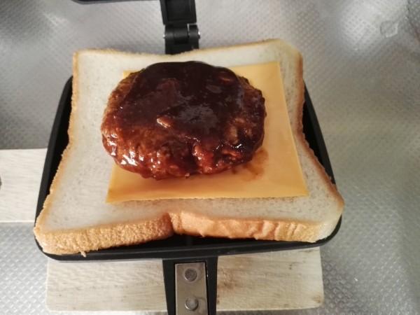 ハンバーグをパンにのせる