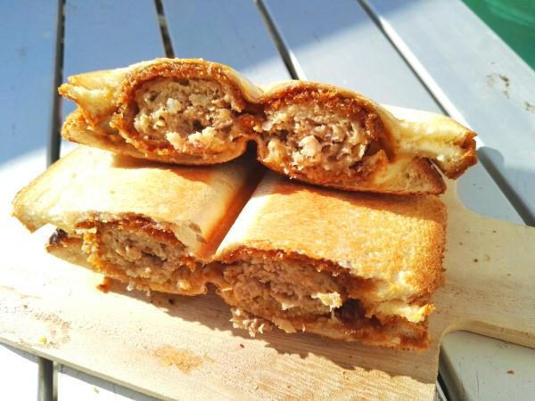 メンチカツとチーズのホットサンド