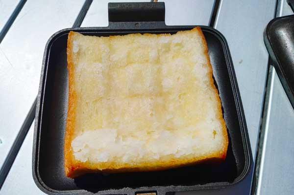 シュガートーストをホットサンドメーカーで焼く