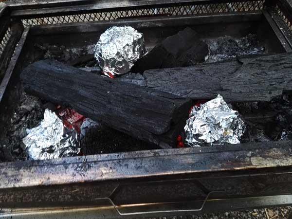 じゃがいもを炭で焼く