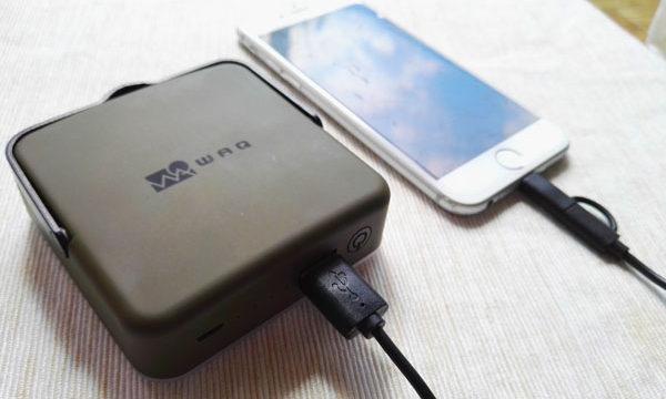 モバイルバッテリー機能付きLEDランタンで充電している様子