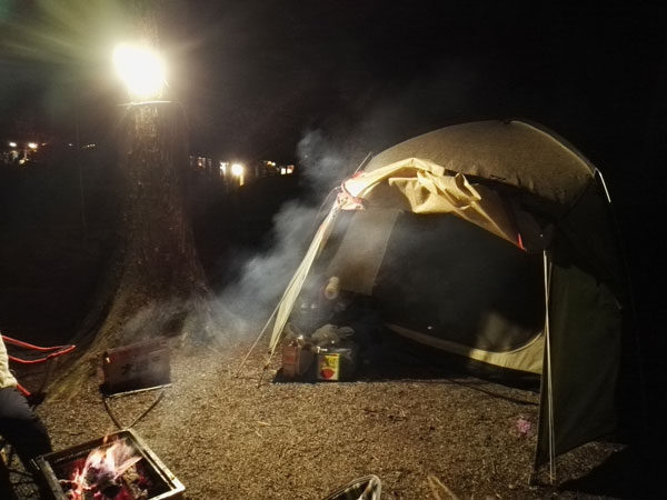 waqのランタンでキャンプサイトを照らす様子