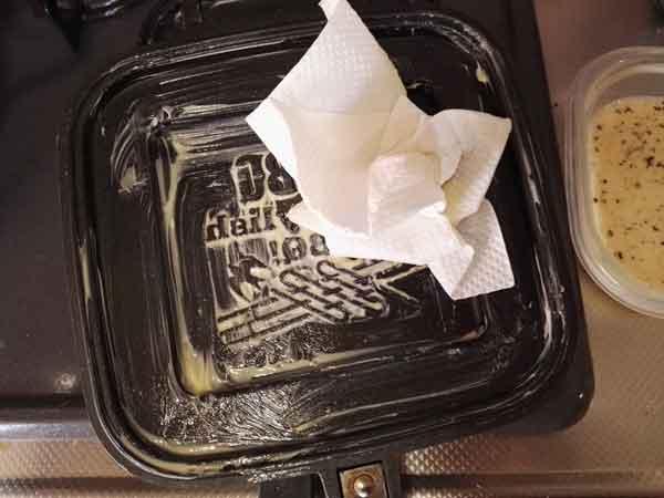 ホットサンドメーカーにバターをのばす