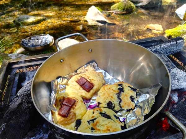 ダッチオーブンで焼いたスコーン