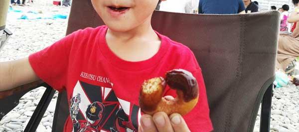 ドーナッツを食べる子供
