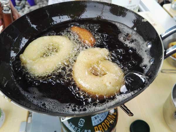 輪っかの形にしぼったドーナッツ
