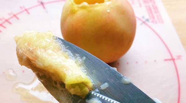 桃の種をキッチンはさみで取り除く