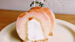丸ごと桃にクリームを入れる