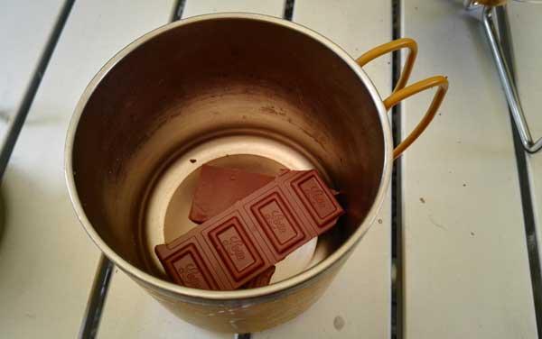 マグカップに板チョコをいれる