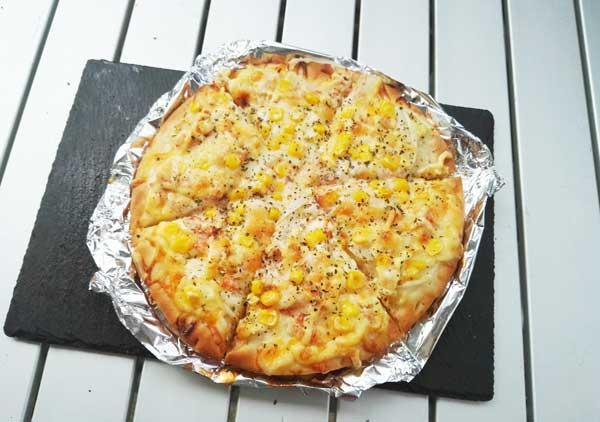 パセリとコショウをピザにかける