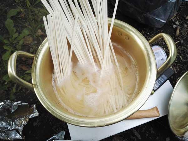 お湯を沸騰させてさぬきうどんの乾麺を茹でます。