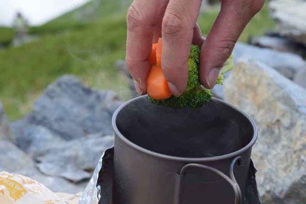 野菜を茹でる
