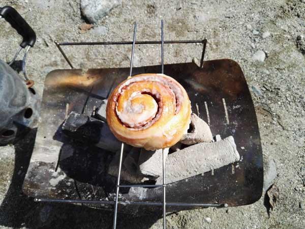 炭火でシナモンロールを炙る