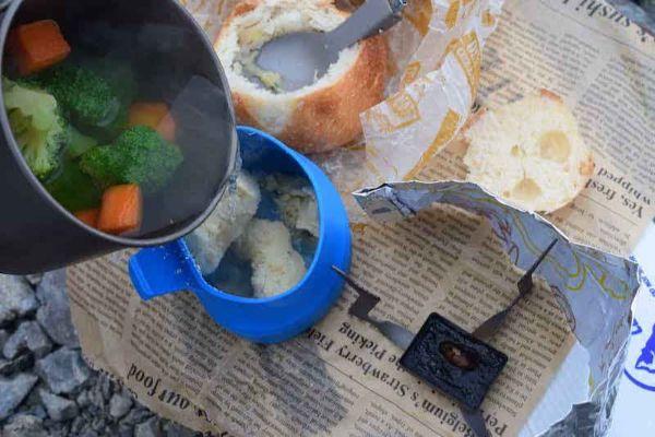 フリーズドライと野菜をお湯で一緒にかき混ぜる