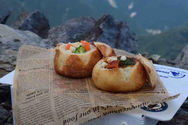 山の上で食べるパンシチュー