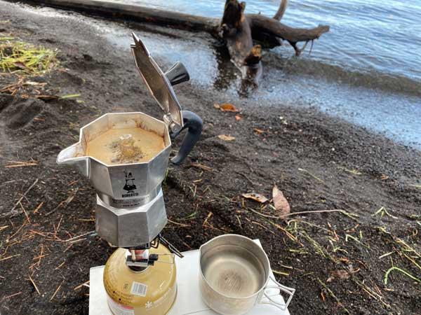海岸でエスプレッソを抽出する。ビアレッティ