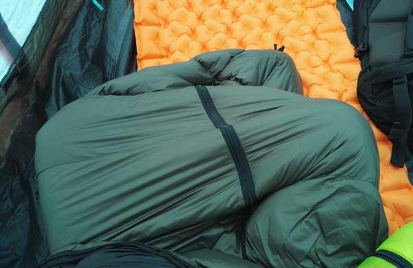 ハイランダーダウン寝袋を着たままあぐら