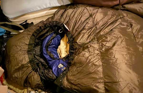 ハイランダーダウンシュラフの中に寝袋を重ねる