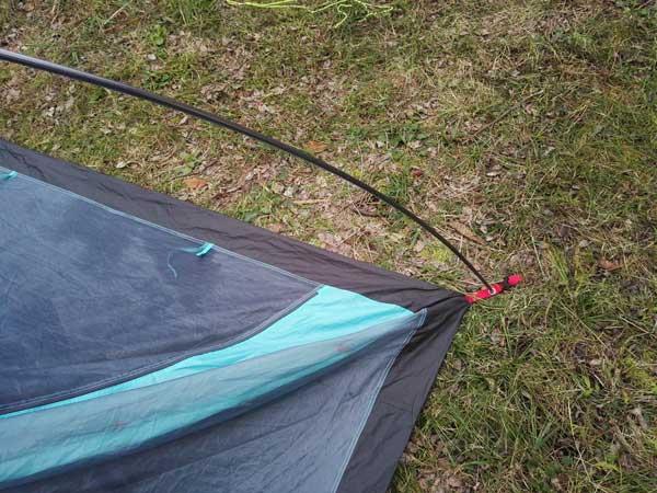 ネイチャーハイクのPシリーズテント設営ステッ③ポールをテントの四隅に刺しこむ