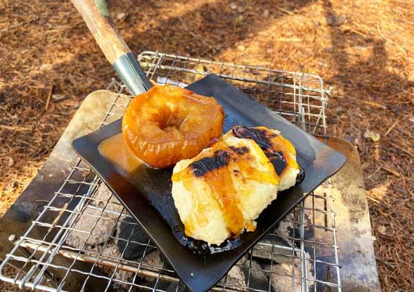 メープルシロップをかけた焼きリンゴ