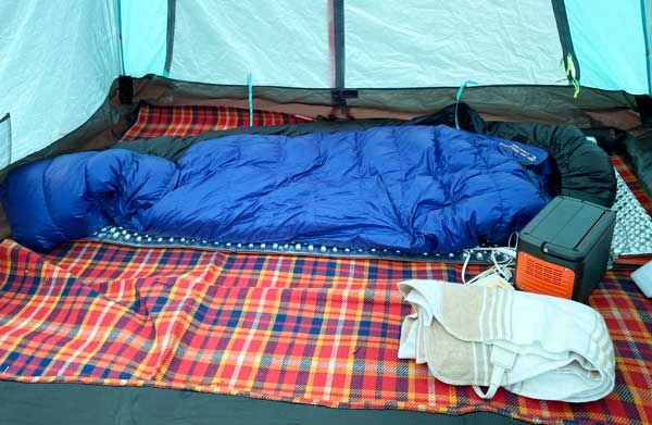 寝袋の横に電気毛布