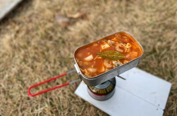 【レシピ】キャンプで作るペスカトーレ⑤お水とパスタを入れて茹でます。ローリエとトマトソースを加えて煮込む