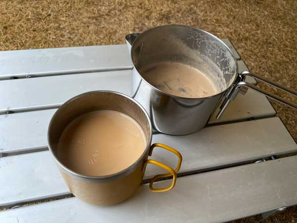 しょうがチューブで作るジンジャーチャイの作り方⑦茶こしでマグカップにいれる
