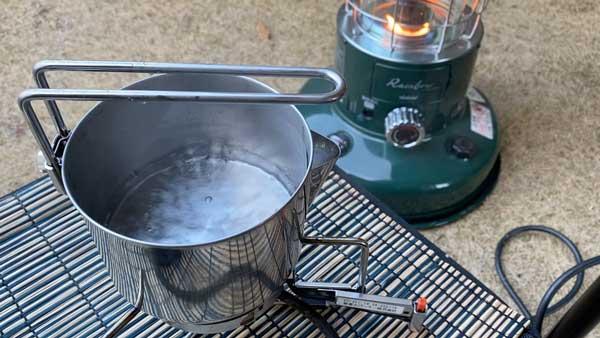 しょうがチューブで作るジンジャーチャイの作り方①ケトルでお湯を沸かす